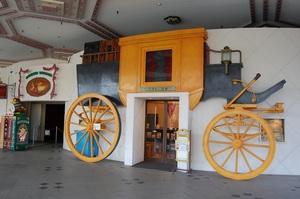 アンデルセン図書室の外観は馬車の形だ